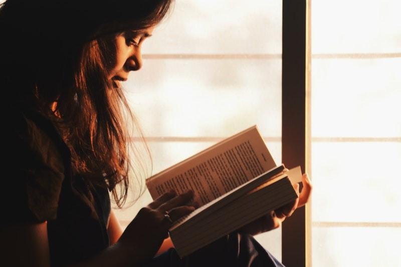 Vrouw leest een spannend boek