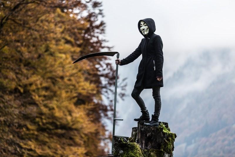 Spannede Boeken Man met Sikkel en Masker