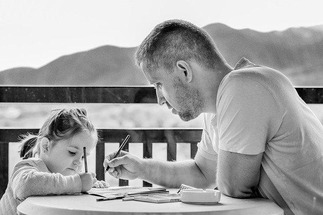 Ouders helpen leerlingen thuis met huiswerk