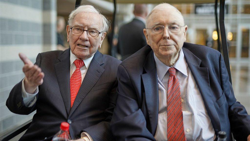 Charlie Munger en Warren Buffet zittend in de trein